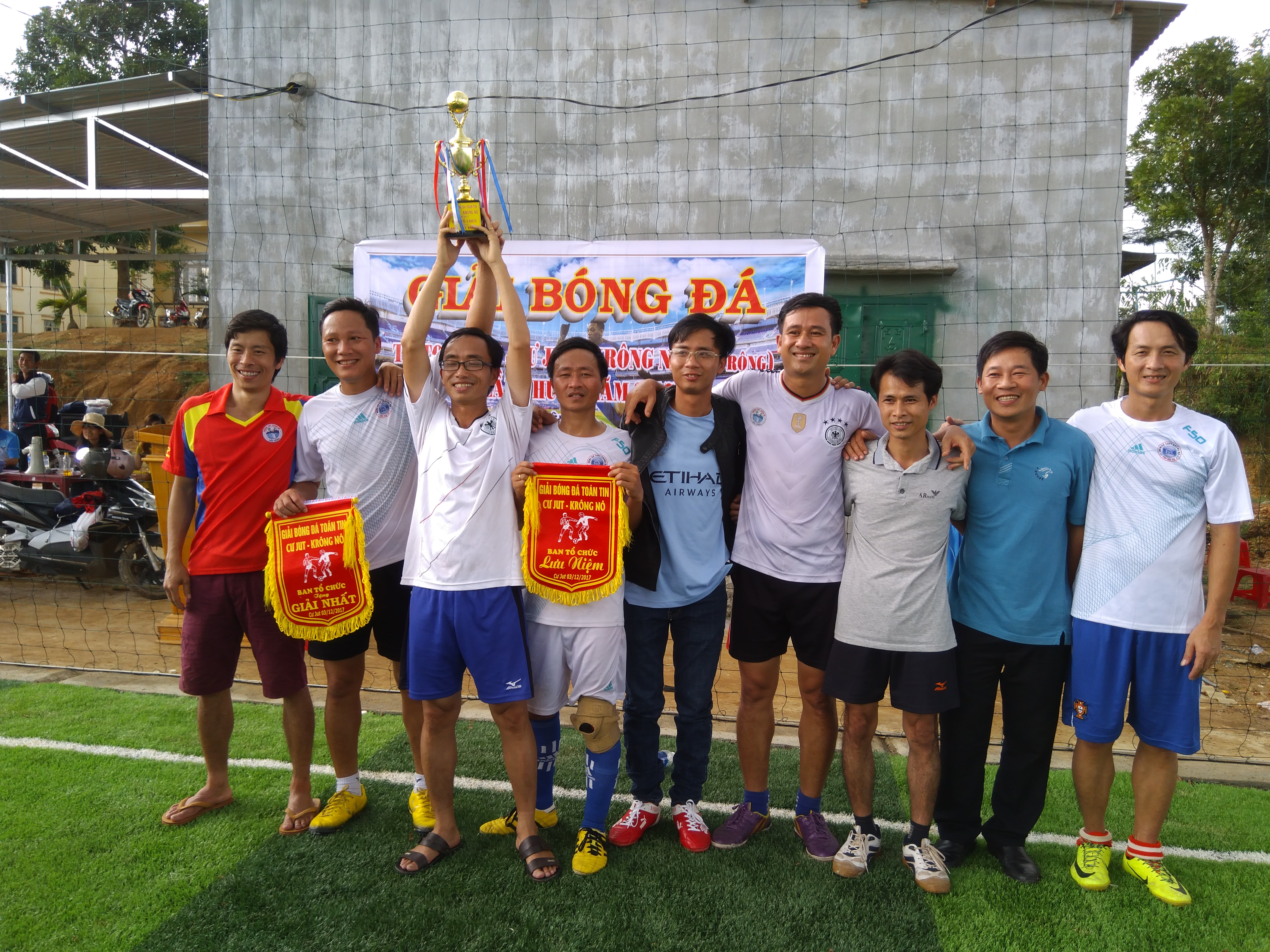 TT2017 - Bong da - Nhan cup