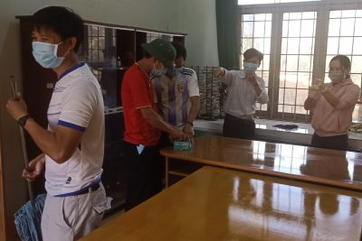 Hình ảnh thầy cô giáo dọn vệ sinh trường lớp phòng chống dịch Covid-19